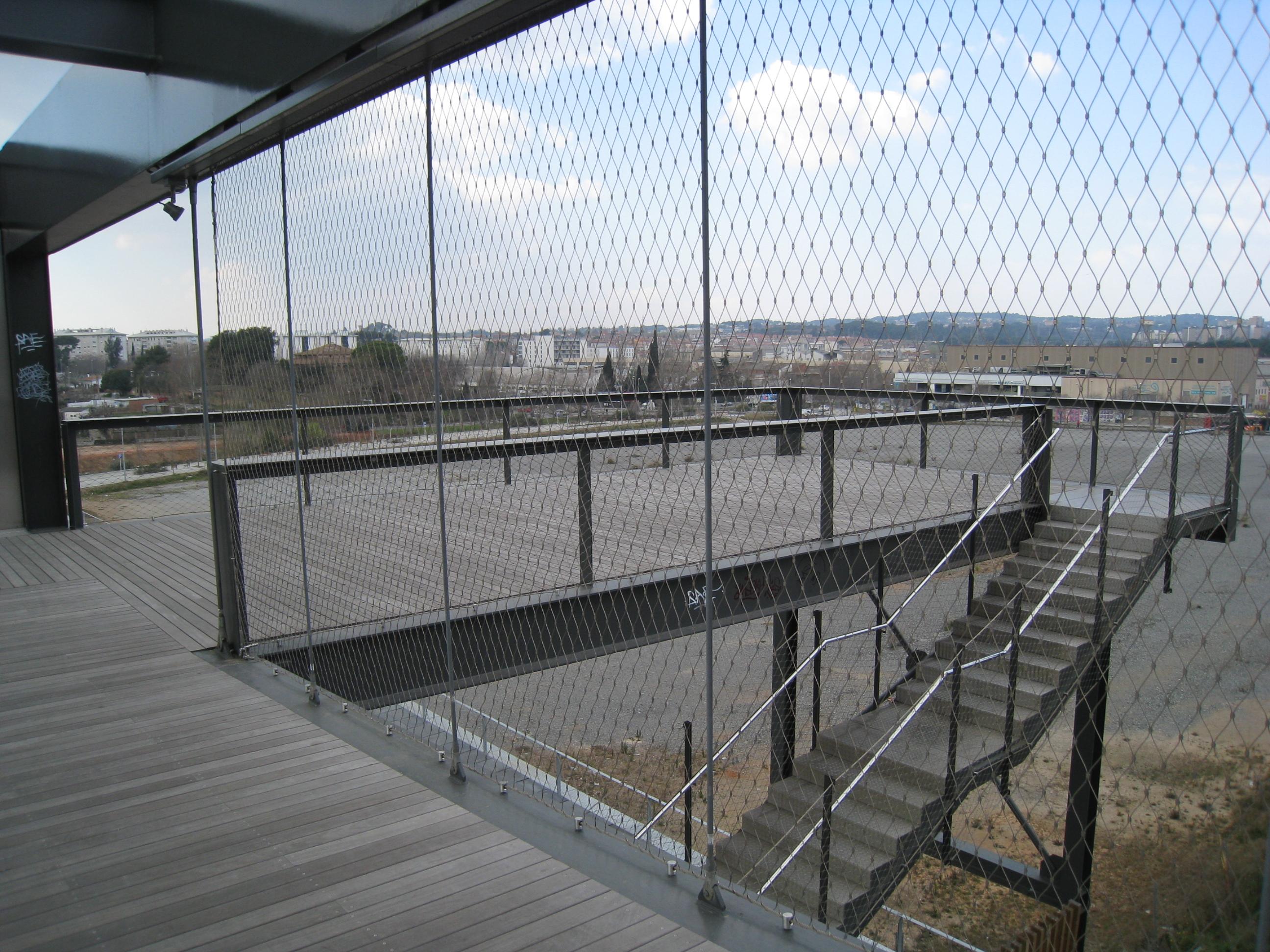 Urbanización Riu Sec.  Escaleras de acceso a la vía del tren.