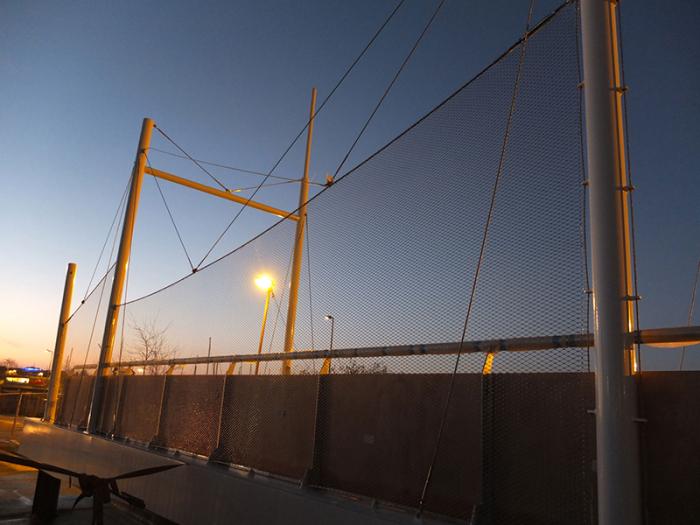 Vista malla metálica-puesta de sol pont de charentes