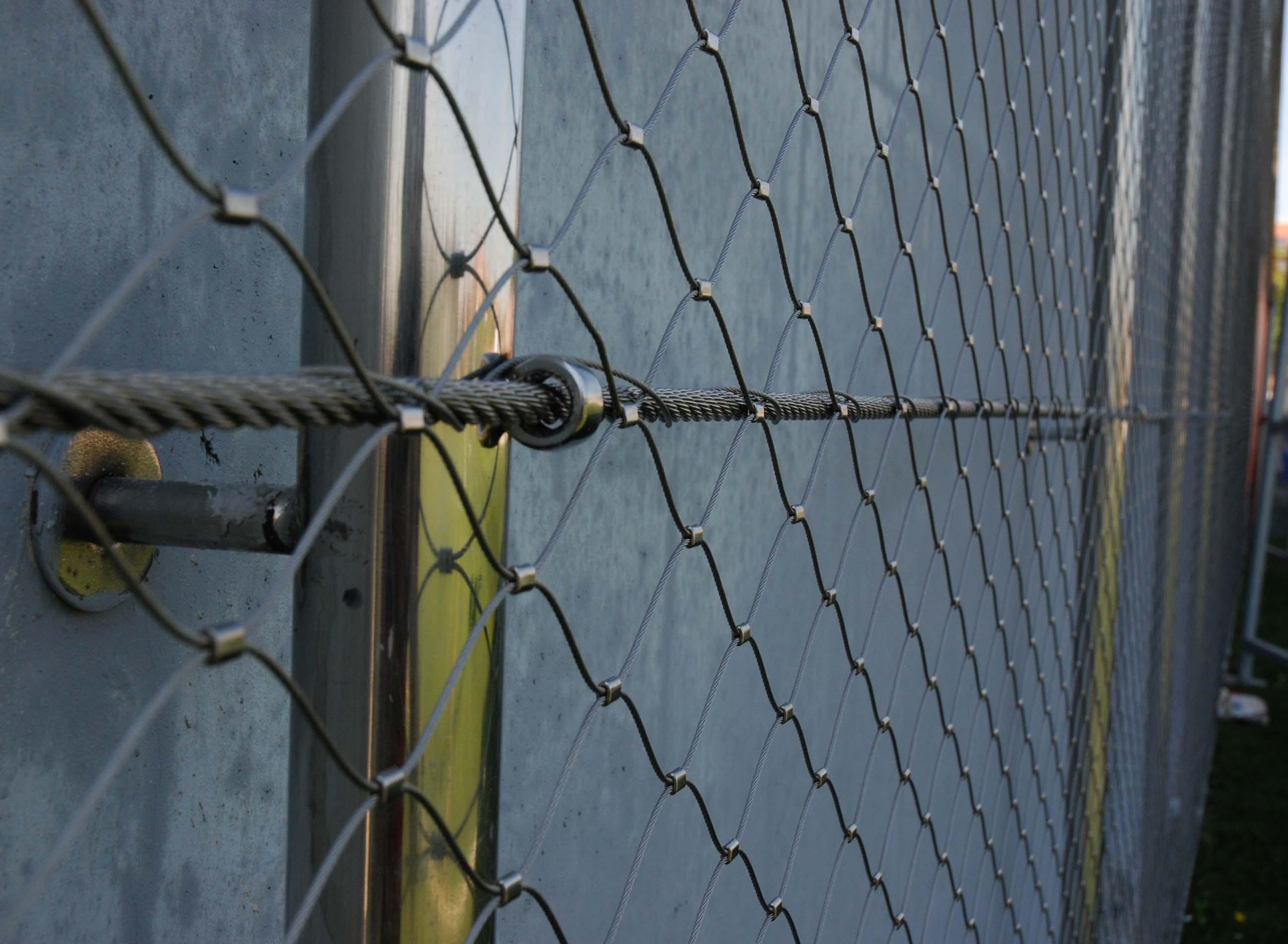 campo de fútbol martorell relleno de malla de cables