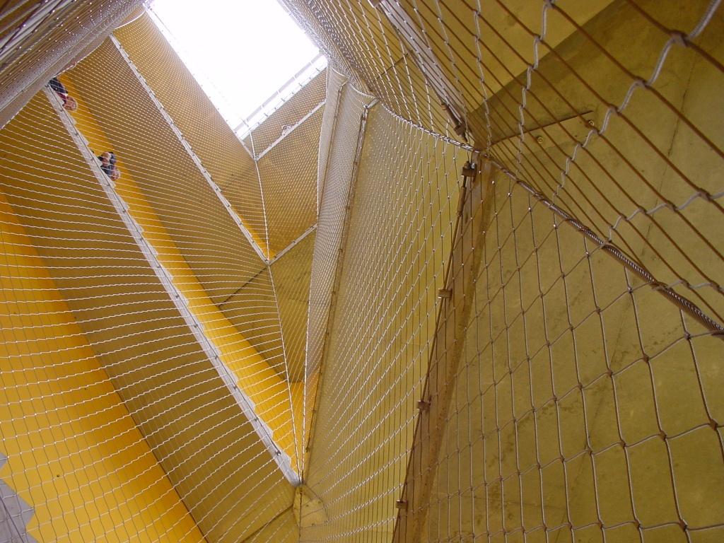 Huecos de escalera- Primer plano desde abajo malla X-TEND