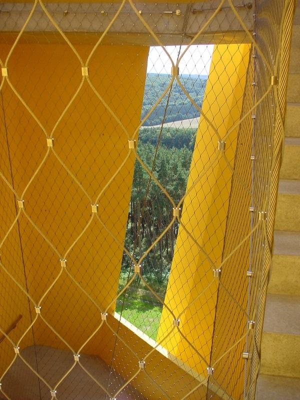 Hueco escalera triangular altura-detalle