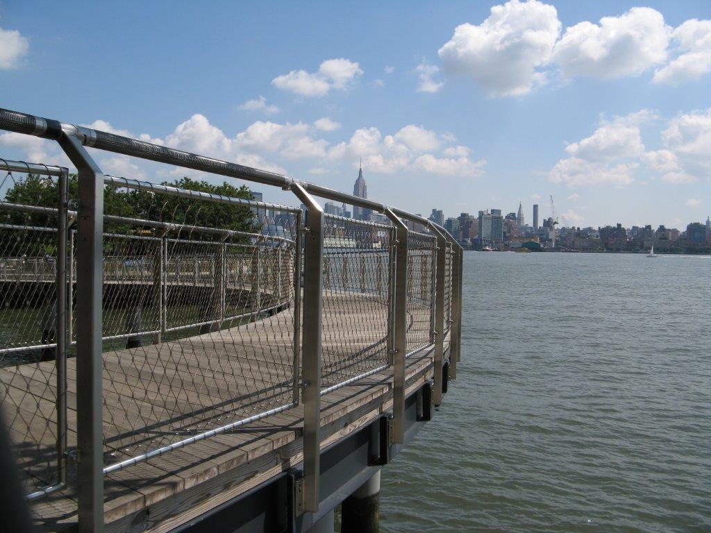 Hoboken Park Waterfront, New York-Vista detalle barandilla rellena de malla de cables X-TEND.
