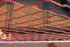 Malla de cables de acero color rojo