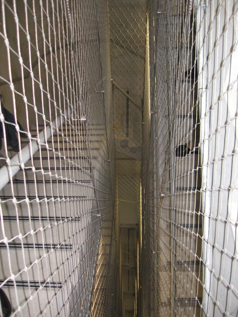 Huecos de escalera seguros y tranparentes. Malla de cables X-TEND.