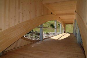 Puente con barandilla rellena de malla vista interior