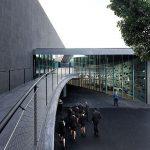 Barandilla metálica de la entrada principal del Tea Tenerife un proyecto de Herzog&deMeuron en el que utilizaron la malla de cables para diferentes aplicaciones.