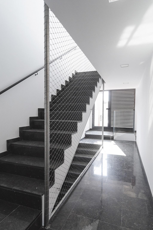Malla de cables de acero inoxidable X-TEND como protección anti-caída en hueco de escalera